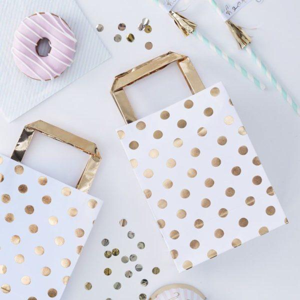 Ginger Ray Kultapilkulliset paperikassit juhliin Tyylikkäästi hohtavien lahjakassien sisälle sujautat pienet lahjat tai herkut juhlavieraille! Näissä kasseissa on kultaisia pilkkuja valkoisella pohjalla ja kantokahvat ovat kultaiset.