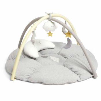 Mamas&Papas Dream Upon a Cloud vaalea leikkimatto ja vatsatyyny vauvalle Muhkea ja pehmoinen vauvan puuhamatto tarjoaa pienelle mukavan alustan leikkiä ja kehittää taitojaan. Maton teema vie pienen seikkailulle pilvien, kuun ja tähtien maailmaan! Irroitettavassa lelukaaressa on paljon tutkittavaa vauvalle: pilven mallinen soittorasia, helisevät ja vinkuvat tähdet & kuut, lisäksi mukana tulee Tummy Time tyyny, joka helpottaa vatsallaan olon harjoittelua.