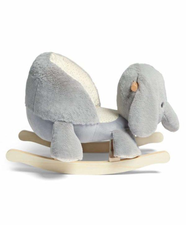 Mamas&Papas Ellery Elephant pehmustetun elefanttikeinun kyydissä pienemmänkin keinujan on mukava istua. Istumiskorkeus on tässä keinussa matala, joka tekee siitä turvallisen perheen pienimmille. Keinu tuo intoa lastenhuoneessa leikkimiseen ja vaaleanharmaa Elefantti on myös sisustuksellisesti kaunis, joten sitä voi hyvin pitää esillä esimerkiksi olohuoneessa.