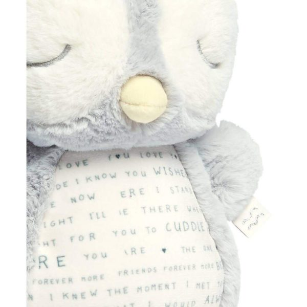 Mamas&Papas Sleepy Sensory Owlbie rauhoittava unilelu musiikilla ja valoilla Pöllön siipiä painamalla alkaa lelusta kuulua rentouttava melodia tai kahdesta vaihtoehdosta valitsemasi ääni: aallot tai sydämen sykettä jäljittelevä ääni. Pöllö toimii tehokkaana osana vauvan iltarutiinia ja auttaa vauvaa nukahtamaan. Pehmeä lelu kulkee helposti lapsen mukana myös vieraassa paikassa nukuttaessa. Oma, tuttu pöllö antaa turvaa ja tyynnyttää levotonta vauvaa.