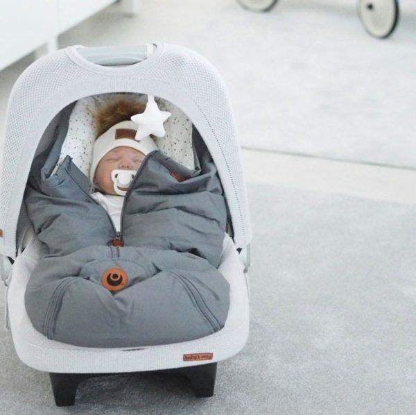 Easygrow Mini Ferd untuvalämpöpussi vauvan turvakaukaloon, Grey Easygrow lämpöpussin etuja ovat todella laadukkaat ja luonnollisemmat materiaalit: täytteenä pussissa on lämmittävää untuvaa ja pientä höyhentä, selkäpuolelta löytyy hyvin kosteutta sitovaa villaa ja sisäpuolelta kangas on pehmeää puuvillaa. Moni äiti arvostaa Easygrow kaukalopussissa sitä, että pussin huppu on kiristettävissä -tämä ominaisuus antaa vauvalle extrasuojaa tuulisella ja kolealla säällä! Easygrow lämpöpussissa vetoketju on keskellä, jonka monet kokevat kätevimmäksi. Jalkaosan lämpöpussista saa erikseen auki.