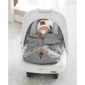 Easygrow Mini untuvalämpöpussi vauvan turvakaukaloon, Grey Melange Easygrow lämpöpussin etuja ovat todella laadukkaat ja luonnollisemmat materiaalit: täytteenä pussissa on lämmittävää untuvaa ja pientä höyhentä, selkäpuolelta löytyy hyvin kosteutta sitovaa villaa ja sisäpuolelta kangas on pehmeää puuvillaa. Moni äiti arvostaa Easygrow kaukalopussissa sitä, että pussin huppu on kiristettävissä -tämä ominaisuus antaa vauvalle extrasuojaa tuulisella ja kolealla säällä! Easygrow lämpöpussissa vetoketju on keskellä, jonka monet kokevat kätevimmäksi. Jalkaosan lämpöpussista saa erikseen auki.