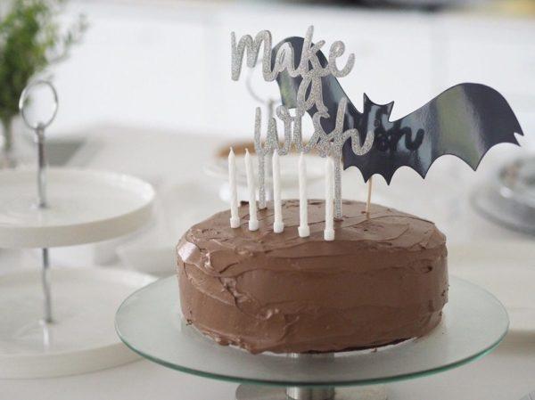 Kakun koriste Make a Wish, kimmeltävä glitterhopea Kakku ja kynttilöitä puhaltava tuikkivasilmäinen pieni -nämä hetket jäävät perhealbumiin! Kaunis kakku on juhlapöydän kruunu. Tämä upean kimalteleva, korkea kakun koriste on helppo, mutta näyttävä tapa luoda kaunis lasten synttärikakku! Itse kakku voi olla yksinkertainen, kun päällä on juhlava koriste. Lisää kakkuun vain kynttilät tai tähtisädetikku ja juhlat voivat alkaa!