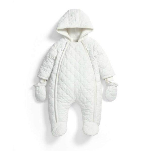 Mamas&Papas valkoinen toppahaalari kahdella vetoketjulla, koot 0-9 kuukautta. Näyttävä ja tyylikäs hupullinen vauvan haalari on täydellinen valinta esimerkiksi pienen vauvan ensimmäiseksi haalariksi! Valkoiseen väriin on helppo yhdistää asusteita, joten haalari sopii hyvin sekä tytölle että pojalle. Mamas&Papas haalari on helppo pukea vauvalle, koska edessä on kaksi alas asti aukeavaa vetoketjua. Lahkeet ovat umpinaiset, joten erillisiä kenkiä ei tarvita. Hihansuut ovat auki, mutta mukana tulevat kokonaisuuteen yhteensopivat lapaset.