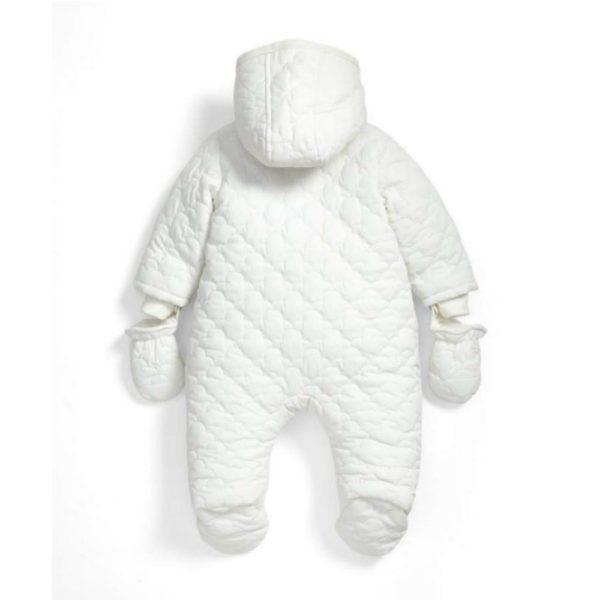 Mamas&Papas valkoinen vauvanhaalari kahdella vetoketjulla, koot 0-9 kuukautta. Näyttävä ja tyylikäs hupullinen vauvan haalari on täydellinen valinta esimerkiksi pienen vauvan ensimmäiseksi haalariksi! Valkoiseen väriin on helppo yhdistää asusteita, joten haalari sopii hyvin sekä tytölle että pojalle. Mamas&Papas haalari on helppo pukea vauvalle, koska edessä on kaksi alas asti aukeavaa vetoketjua. Lahkeet ovat umpinaiset, joten erillisiä kenkiä ei tarvita. Hihansuut ovat auki, mutta mukana tulevat kokonaisuuteen yhteensopivat lapaset.