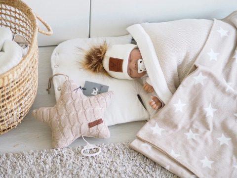 Beige Baby's Only tähtisoittorasia on suloinen lisä vauvan pinnasänkyyn. Soittorasia on tähdenmuotoinen ja pehmeää palmikkoneulosta. Toiselta puolelta neulos on tasaisempaa. Kun vedät narusta, soittorasia soittaa kauniin Tuiki tuiki tähtönen - melodian.