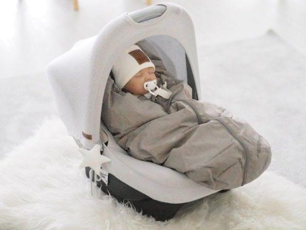 Monesta muusta lämpöpussista poiketen Easygrow Mini lämpöpussissa selkäosan toppaus on kevyempi, jolloin turvakaukalo + lämpöpussi yhdistelmä ei hiosta samalla tavalla vauvan selkää. Villatoppaus hengittää hyvin ja sitoo kosteutta, jos vauvalle pääsee hetkeksi tulemaan kuuma. Lisäksi tämä ohuempi selkäosa vie turvakaukalosta vähemmän tilaa, joten vauva mahtuu matkustamaan siinä pidempään.