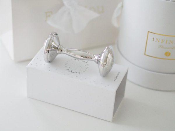 Mamas&Papas Forever Treasured hopeoitu helistin. Kaunis, hopeoitu helistin, joka tulee tyylikkäässä lahjapakkauksessa. Tämä on klassisen ajaton vauvalahja! Helistin on loistava kastelahja kummilapselle, lapsenlapselle tai lahja isältä odottavalle äidille.