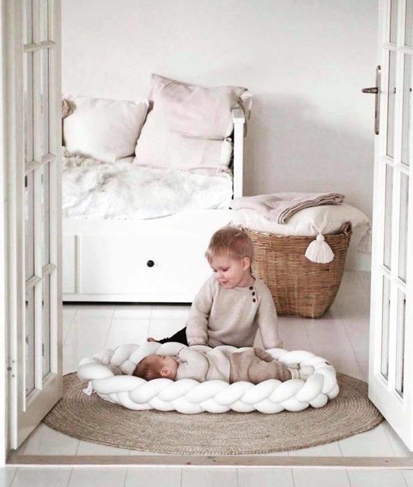 Wood'n'Wool valkoinen unipesä vauvalle. Kaunis palmikkoreunainen unipesä toimii pehmeänä alustana ja rauhoittavana nukkumapaikkana vauvalle. Voit laittaa unipesän ensin pinnasänkyyn ja luoda vastasyntyneelle pesämäisemmän nukkumapaikan, sillä sellaisenaan pinnasänky on aluksi valtavan kokoinen pienelle vauvalle. Moni pitää unipesää vanhempien sängyssä keskellä, jotta vauva on öisin lähellä, mutta kuitenkin vähän omassa rauhassaan.
