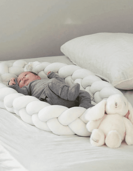 Kaunis palmikkoreunainen unipesä toimii pehmeänä alustana ja rauhoittavana nukkumapaikkana vauvalle. Voit laittaa unipesän ensin pinnasänkyyn ja luoda vastasyntyneelle pesämäisemmän nukkumapaikan, sillä sellaisenaan pinnasänky on aluksi valtavan kokoinen pienelle vauvalle. Moni pitää unipesää vanhempien sängyssä keskellä, jotta vauva on öisin lähellä, mutta kuitenkin vähän omassa rauhassaan.