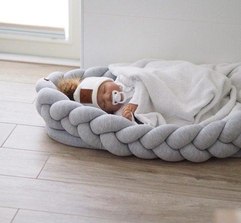 Wood'n'Wool vaaleanharmaa unipesä vauvalle. Kaunis palmikkoreunainen unipesä toimii pehmeänä alustana ja rauhoittavana nukkumapaikkana vauvalle. Voit laittaa unipesän ensin pinnasänkyyn ja luoda vastasyntyneelle pesämäisemmän nukkumapaikan, sillä sellaisenaan pinnasänky on aluksi valtavan kokoinen pienelle vauvalle. Moni pitää unipesää vanhempien sängyssä keskellä, jotta vauva on öisin lähellä, mutta kuitenkin vähän omassa rauhassaan.
