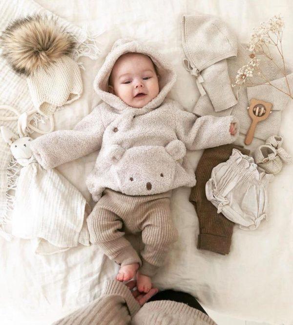 Sohvila Design Nooa vauvanpipo natural -sävyisellä tekoturkistupsulla Käsinneulottu merinovillainen vauvan myssy perheen pienimmille. Pipossa on neulotut pehmeät nyörit, jotka pitävät myssyn paikallaan. Sohvila Designin lämpöinen pipo on muodoltaan sellainen, että se istuu päässä tyylikkäästi ja suojaa pienen kasvoja todella hyvin. Koska pipo tulee hyvin korvien päälle, se myös suojaa vauvan herkkää kuuloa vaimentamalla ympäriltä kuuluvia ääniä.