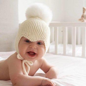 Sohvila Design Nooa vauvanpipo pyöreällä pallotupsulla, luonnonvalkoinen Käsinneulottu merinovillainen vauvan myssy perheen pienimmille. Pipossa on neulotut pehmeät nyörit, jotka pitävät myssyn paikallaan. Lämpöinen pipo on muodoltaan sellainen, että se istuu päässä tyylikkäästi ja suojaa pienen kasvoja todella hyvin.