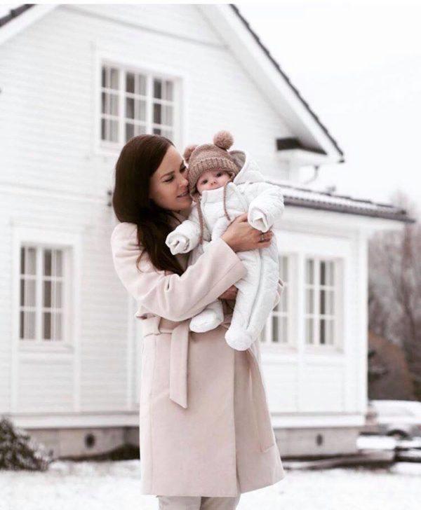 Mamas&Papas haalari on helppo pukea vauvalle, koska edessä on kaksi alas asti aukeavaa vetoketjua. Lahkeet ovat umpinaiset, joten erillisiä kenkiä ei tarvita. Hihansuut ovat auki, mutta mukana tulevat kokonaisuuteen yhteensopivat lapaset. Lapaset saa kiinnitettyä hihoihin nepparilla, eli ne eivät pääse häviämään silloinkaan, kun lapaset eivät ole vauvan käsissä.