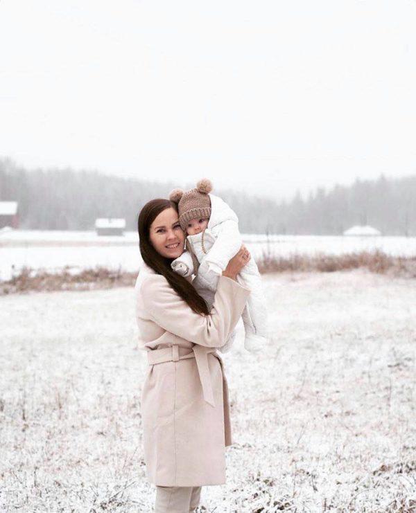 Mamas&Papas valkoinen toppahaalari kahdella vetoketjulla, koot 0-9 kk Näyttävä ja tyylikäs hupullinen vauvan haalari on täydellinen valinta esimerkiksi pienen vauvan ensimmäiseksi haalariksi! Valkoiseen väriin on helppo yhdistää asusteita, joten haalari sopii hyvin sekä tytölle että pojalle.