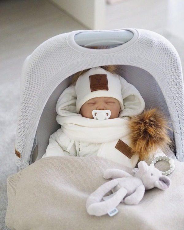 Näyttävä ja tyylikäs hupullinen Mamas&Papas vauvan haalari on täydellinen valinta esimerkiksi pienen vauvan ensimmäiseksi haalariksi! Valkoiseen väriin on helppo yhdistää asusteita, joten haalari sopii hyvin sekä tytölle että pojalle.