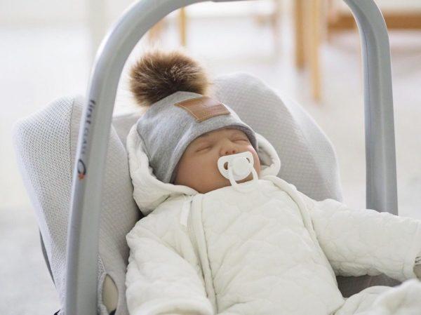 Näyttävä ja tyylikäs hupullinen Mamas&Papas vauvan haalari on täydellinen valinta esimerkiksi pienen vauvan ensimmäiseksi haalariksi! Valkoiseen väriin on helppo yhdistää asusteita, joten haalari sopii hyvin sekä tytölle että pojalle. Mamas&Papas haalari on helppo pukea vauvalle, koska edessä on kaksi alas asti aukeavaa vetoketjua. Lahkeet ovat umpinaiset, joten erillisiä kenkiä ei tarvita.