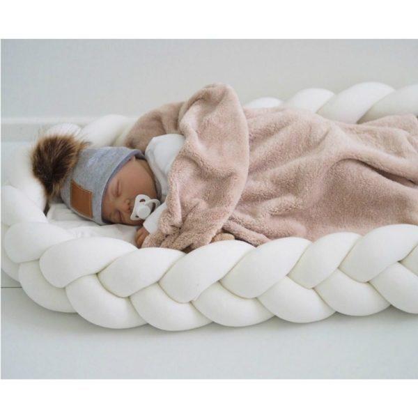 Wood'n'Wool vauvan unipesä, jossa irroitettavat reunat Kaunis palmikkoreunainen unipesä toimii pehmeänä alustana ja rauhoittavana nukkumapaikkana vauvalle. Voit laittaa unipesän ensin pinnasänkyyn ja luoda vastasyntyneelle pesämäisemmän nukkumapaikan, sillä sellaisenaan pinnasänky on aluksi valtavan kokoinen pienelle vauvalle. Moni pitää unipesää vanhempien sängyssä keskellä, jotta vauva on öisin lähellä, mutta kuitenkin vähän omassa rauhassaan.