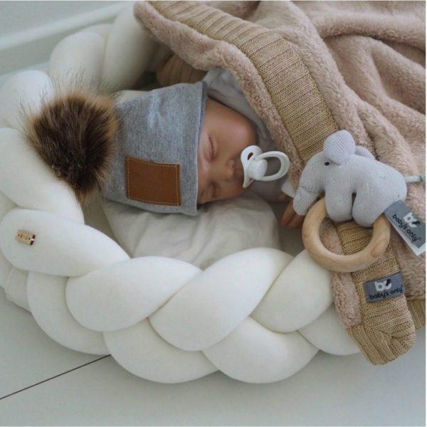 Wood'n'Wool vauvan unipesä, jossa irroitettavat reunat. Palmikkoreunan ansiosta unipesä on hyvin ilmava eli vauvan nukkumisympäristö pysyy raikkaana ja turvallisena koko unien ajan. Käytännöllistä on myöskin se, että palmikkoreunan saa helposti irti patjasta, eli palmikkoa voi käyttää vauvan sängyssä myöhemmin myös reunapehmusteena.