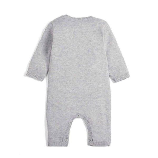 Tämä vauvan haalari on pehmeää neulosta ja 100% puuvillaa. Haalari on suloinen ja mukava päällä! Pääntiessä on kaksi nappia, joiden ansiosta haalari on helppo sujauttaa vastasyntyneen pään yli pukiessa. Edessä on koristeena valkoinen pupu ja kohokuviona pupun häntä. Lahkeissa on napitus niin, että vaippa on helppo vaihtaa vauvalle haalaria riisumatta. Koska neulehaalarissa ei ole huppua, on sitä kätevä käyttää pienelläkin vauvalla -huppu kun tahtoo jäädä niskan alle myttyyn selällään maatessa. Aukinaiset jalkaterät pidentävät haalarin käyttöikää ja mahdollistavat suloisten sukkien ja tossujen käytön!