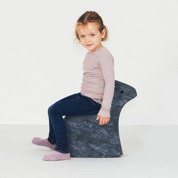 Marmoriharmaan bObles Keinuhevosen selässä lapsi voi keinua perinteisesti eteen ja taakse, mutta myös sivulta toiselle. Keinuhevosen voi myös kääntää ympäri, jolloin siitä saa lapselle hauskan nojatuolin tai valtaistuimen, käynnissä olevasta leikistä riippuen! Keinuhevosen voi kääntää myös kyljelleen, jolloin lapsi saa harjoitella kiipeilemistä ja alas hyppäämistä, tämä kehittää tehokkaasti lapsen ketteryyttä!