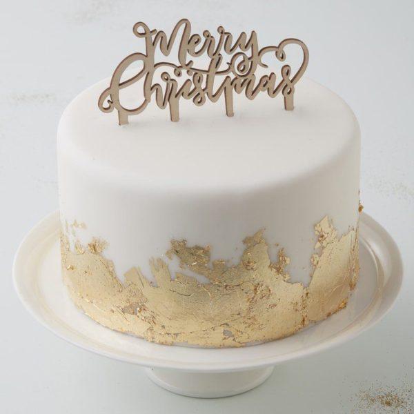 Ginger Ray puinen kakun koriste Merry Christmas Kaunis kakku on myös Jouluna juhlapöydän kruunu. Tämä yksinkertaisen tyylikäs kakun koriste on helppo, mutta näyttävä tapa luoda kaunis joulukakku! Itse kakku voi olla yksinkertainen, kun päällä on upea koriste. Halutessasi lisää kakkuun tähtisädetikku ja maaginen joulutunnelma on taattu!