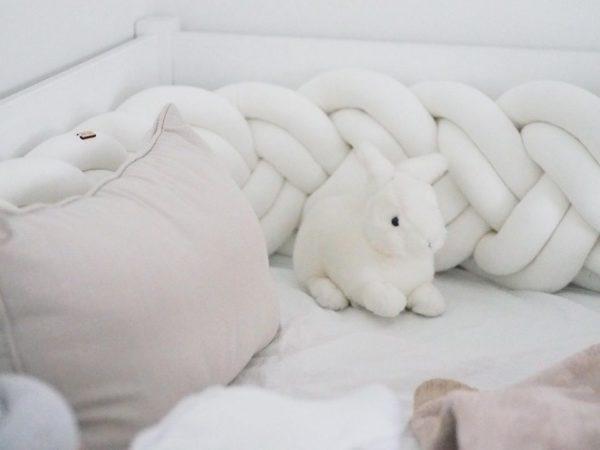 Tyylikäs pehmuste suojaa vauvaa kolhimasta itseään pinnasängyn laitoja vasten. Palmikkopehmuste on napakka, joten se asettuu hyvin paikoilleen. Pienet valkoiset kiinnitysnauhat auttavat pitämään pehmusteen oikeassa asennossa. Tämä Wood'n'Woolin korkeampi malli antaa vauvalle enemmän suojaa ja omaa rauhaa. Palmikkopehmuste viimeistelee pinnasängyn sisustuksen kauniisti ja on upea yksityiskohta lastenhuoneessa!