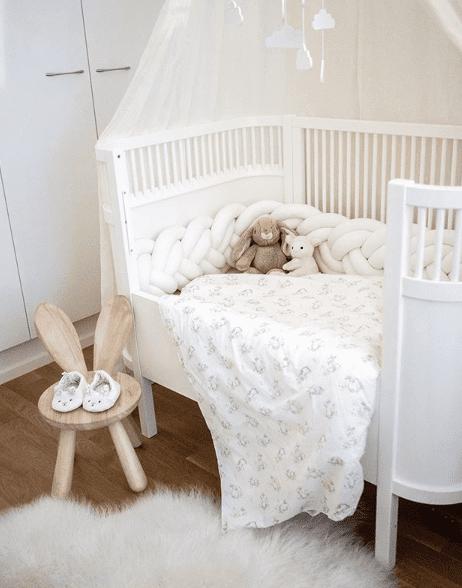 Wood'n'Wool KLOS korkea reunapehmuste vauvansänkyyn, valkoinen Tyylikäs pehmuste suojaa vauvaa kolhimasta itseään pinnasängyn laitoja vasten. Palmikkopehmuste on napakka, joten se asettuu hyvin paikoilleen. Pienet valkoiset kiinnitysnauhat auttavat pitämään pehmusteen oikeassa asennossa. Tämä Wood'n'Woolin korkeampi malli antaa vauvalle enemmän suojaa ja omaa rauhaa. Palmikkopehmuste viimeistelee pinnasängyn sisustuksen kauniisti ja on upea yksityiskohta lastenhuoneessa!