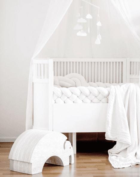 Wood'n'Wool valkoinen korkea reunapehmuste vauvansänkyyn PikkuVanilja Tyylikäs pehmuste suojaa vauvaa kolhimasta itseään pinnasängyn laitoja vasten. Palmikkopehmuste on napakka, joten se asettuu hyvin paikoilleen. Pienet valkoiset kiinnitysnauhat auttavat pitämään pehmusteen oikeassa asennossa. Tämä Wood'n'Woolin korkeampi malli antaa vauvalle enemmän suojaa ja omaa rauhaa.
