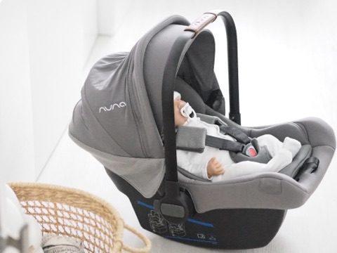 Nuna PIPA lite lx vauvan turvakaukalo jalustalla Kun äidit, joilla on varaa ostaa vauvalleen mikä tahansa turvakaukalo, valitsevat Nuna PIPA lite lx turvakaukalon, haluan kuulla lisää! Kiinnostuin tästä tuotteesta nimittäin silloin, kun aloin nähdä tyylikästä turvakaukaloa säännöllisesti Kardashianin perheen vauvoilla. Kourtney Kardashian on tunnettu siitä, että haluaa lapsilleen vain kaikkein puhtainta ja turvallisinta, mielellään luomua.