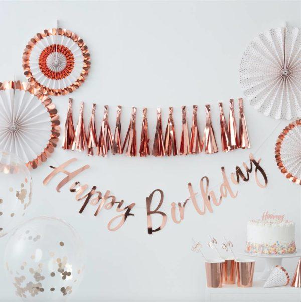 """Ginger Ray Hooraykakkukynttilä Tämä kaikkiin juhliin kauniisti sopiva kakkukynttilä näyttää upealta kakun päällä! Valkoisessa kynttilässä on """"Hooray"""" -teksti ruusukultaisella värillä."""