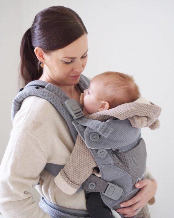 PikkuVanilja Nuna CUDL kantoreppu vauvalle. Cudl kantorepussa on säädöt kolmelle eri kantotyylille: vauva kasvot sinuun päin, vauva kasvot eteen päin tai vauva selässä kannettuna ( kätevä esimerkiksi metsäretkillä). Repussa on säädettävä niska- ja pääntuki, jolloin lapsi voi turvallisesti myös nukahtaa reppuun. Paketissa on mukana 100% luomupuuvillaiset suojat. Nämä ovat käteviä silloin, kun vauva tekee hampaita ja hamuaa kaiken suuhunsa -voit pestä suojia niin usein kun sille on tarvetta ja reppu pysyy siistinä.