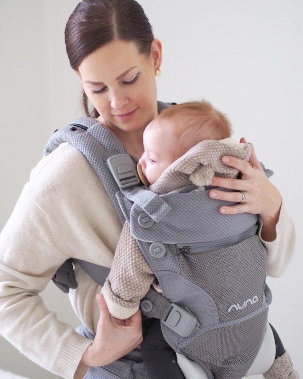 PikkuVanilja Nuna CUDL kantoreppu vauvalle vaaleanharmaa. Nuna Cudl helpottaa vauva-arkea silloin, kun haluat pitää vauvan lähelläsi, mutta tehdä pieniä askareita samalla. Kevyt siivous, lenkkeily tai isomman sisaruksen kanssa ulkoilu on helppoa, kun vauva on mukavasti kantorepun avulla sylissäsi. Ammattilaisten kanssa yhteistyössä kehitetyssä repussa on mukava asento lapselle vastasyntyneestä lähtien.