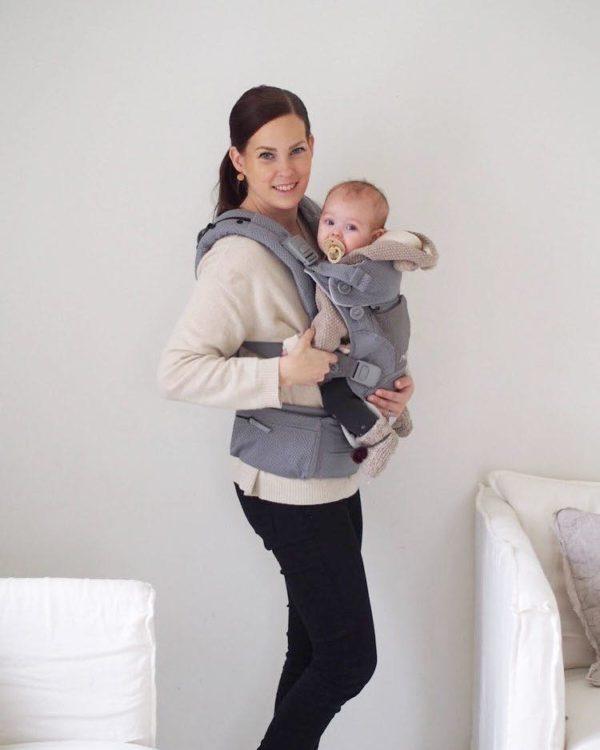 PikkuVanilja Nuna Cudl vaaleanharmaa kantoreppu vauvalle. Erona moneen muuhun kantoreppumerkkiin Nuna Cudlissa on panostettu repun hengittävyyteen, jolloin vauva viihtyy ja pientä on mukava pitää lähellä. Eron todellakin tuntee kuumalla säällä. Repun laadukkuus tulee ilmi monesta pienestä yksityiskohdasta sekä säätöjen monipuolisuudesta ja helppoudesta. Kantorepun sivussa on pieni tasku, johon sujautat näppärästi kotiavaimet ja kännykän ulos lähtiessäsi.