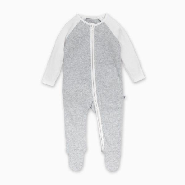 Tässä suloisen pehmeässä Baby Mori vauvan yöpuvussa on kätevä vetoketjukiinnitys, jotta pyjaman saa puettua näppärästi myös liikkuvaiselle vauvalle. Vetoketju on metallin sijaan nylonia ja suojattu sisäpuolelta niin, ettei se ärsytä vauvan herkkää ihoa. Terällisen jalkaosan ansiosta vauvan varpaat pysyvät lämpiminä koko yön.