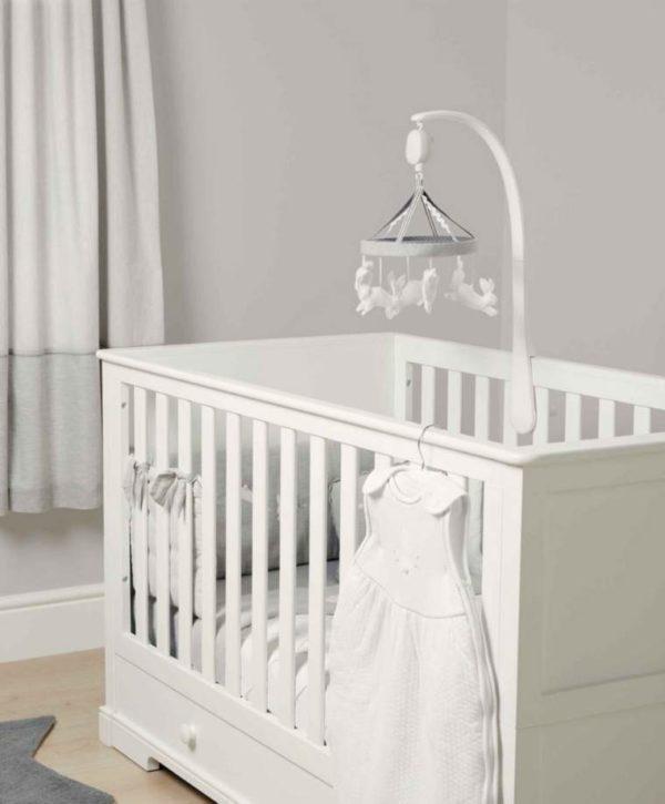 Mamas&Papas Welcome to the World soiva mobile vauvalle, pupu Pieni vauva viettää suuren osan hereilläoloajastaan sylissä tai selällään maaten ja tarkkaillen. Pieni vauva ei vielä pääse liikkumaan, joten kiinnostavat asiat on tuotava hänen luokseen. Vauva viihtyy sängyssään paljon paremmin, jos se on mielenkiintoinen paikka!