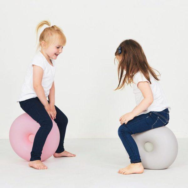 bObles Donitsin kanssa lapset keksivät monta hauskaa leikkiä: sen päälle voi yrittää kiivetä ja kun sen kääntää kyljelleen, sillä voi pomppia ympäriinsä. Donitsia voi pyörittää ja ottaa kiinni, Donitsin päällä on mukava istua ja lukea tai katsoa telkkaria. Kun Donitsin yhdistää keinuosaan, lapset saavat hauskan sisäkeinun! Jos joustavan Donitsin painaa lattiaa vasten, sen alle muodostuu tyhjiö ja se pysyy tiukasti kiinni lattiassa.