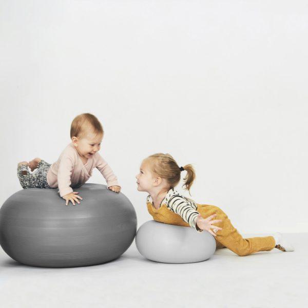 bObles Donitsi small vaaleanharmaa, kehittää lapsen motoriikkaa bObles Donitsin kanssa lapset keksivät monta hauskaa leikkiä: sen päälle voi yrittää kiivetä ja kun sen kääntää kyljelleen, sillä voi pomppia ympäriinsä. Donitsia voi pyörittää ja ottaa kiinni, Donitsin päällä on mukava istua ja lukea tai katsoa telkkaria. Kun Donitsin yhdistää keinuosaan, lapset saavat hauskan sisäkeinun! Jos joustavan Donitsin painaa lattiaa vasten, sen alle muodostuu tyhjiö ja se pysyy tiukasti kiinni lattiassa.
