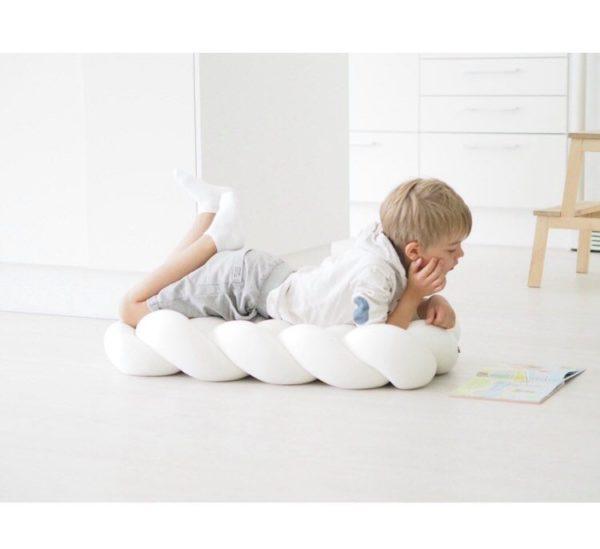 Wood'n'Wool iso lattiatyyny Suuren lattiatyynyn avulla luot lastenhuoneeseen mukavia leikkipaikkoja. Tyynyn päällä voi lukea, leikkiä tai levätä.