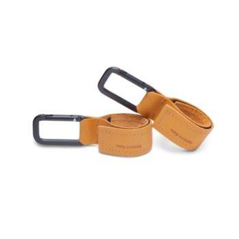 Tyylikkäiden vaunukoukkujen avulla saat käsilaukkusi & tarvikkeesi helposti kiinnitettyä rattaisiin ja vaunuihin. Sujauta koukkuun kevyet ostoskassit, vesipullo, sateenvarjo, päiväkotireppu tai vaikka lapsen leluja. Tarrojen ansiosta koukut ovat todella näppärät ja nopeat kiinnittää vaunuihin! Laadukkaiden materiaalien ansiosta koukut eivät lohkeile, kuten muoviset koukut voivat tehdä - Baby Wallabyn vaunukoukut kestävät ja ovat pitkäikäiset!