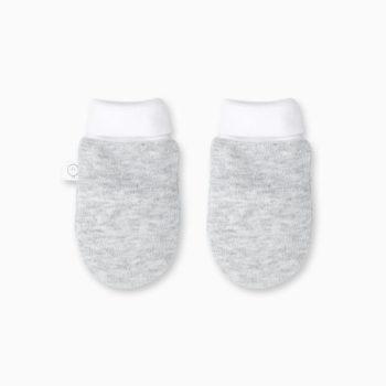 Uskomattoman pehmeät pienet tumput pitävät vauvan sormet lämpöisenä! Baby MORI tumpuissa on joustavat, käännettävät resorit, joiden ansiosta tumput on helppo pukea ja ne pysyvät paremmin vauvan käsissä. Vastasyntyneellä vauvalla tumppuja voi käyttää ulkoilun lisäksi myös pyjaman kanssa öisin, jotta vauvan terävät kynnet eivät pääse raapimaan kasvojen ihoa.
