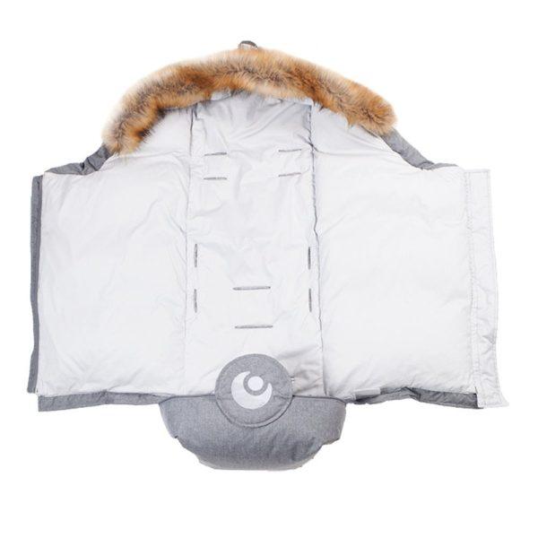"""Lämpöpussin mukana tulee nimittäin kaksi """"sisäpeittoa"""", jotka sujautetaan lämpöpussin kuoren sisälle. Toinen sisäpeitto on ohut ja villalla kevyesti täytetty -tämä sopii käytettäväksi leudoilla säillä. Lämpiminä kuukausina hupusta voi poistaa myös tekoturkisreunuksen. Kun ilma muuttuua koleaksi ja mennään kohti talvea, voit vaihtaa lämpöpussiin muhkean untuvatäytteisen sisäpeiton, joka lämmittää lasta luonnollisesti."""
