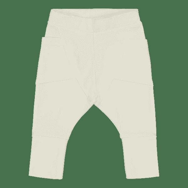 Gugguu Baby Trikoo Pants vauvan trikoohousut, sävy Pearl White Gugguu Baby Trikoo pantsit sopivat malliltaan sekä tyttö- että poikavauvalle. Tyylikkäät ja erittäin laadukkaat trikoohousut päivittäiseen käyttöön. Hyvin istuvat, mukavat housut taskuilla.Vyötäröllä on säädettävä kuminauhakiristys, jotta saat housut juuri sopivankokoisiksi vauvalle.