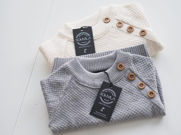 Neulepaidassa on resorit pääntiellä, hihoissa ja helmassa, jonka ansiosta paita istuu hyvin. Pienenä tyylikkäänä yksityiskohtana paidan toisessaraglansaumassa on valenapitus. Neutraalit värit ja klassisen kaunis design ovat tulevat hyvin esiin tässä paidassa. Värit ovat saaneet inspiraationsa luonnosta ja ne sopivatkin täydellisesti niin tytölle kuin pojallekin.