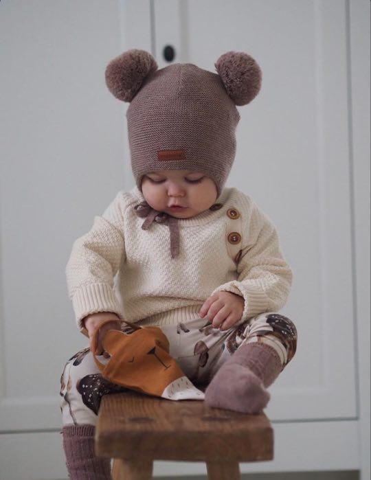 Kaunis, helmineulosta oleva lasten neulepaita on suunniltu ajattoman tyylikkääksi ja pitkäikäiseksi! Sohvila Designin tuotteissa pidän ekologisuudesta, luonnollisista ja lapsille turvallisista kankaista sekä siitä, että tuotemerkin takana on suomalainen pienyrittäjä Anna-Sofia! Tuen kotimaista tuotantoa aina kun vain voin! Tuotteet tulevat läheltä, ne suunnitellaan ja valmistetaan kokonaan Suomessa.