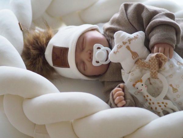 Kauniista pakkauksesta löydät suositun Sophie the Giraffe So Pure pururenkaan ja kevyen, pehmeän uniliinan, johon voi kiinnittää joko pururenkaan tai vauvan tutin.