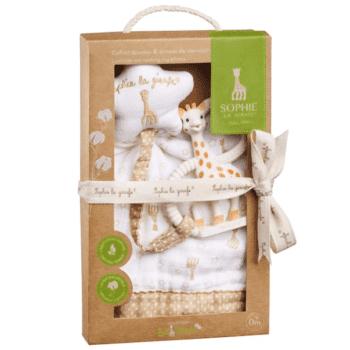 Sophie la Girafe laadukas lahjasetti vauvalle Kauniista pakkauksesta löydät suositun Sophie the Giraffe So Pure pururenkaan ja kevyen, pehmeän uniliinan, johon voi kiinnittää joko pururenkaan tai vauvan tutin.