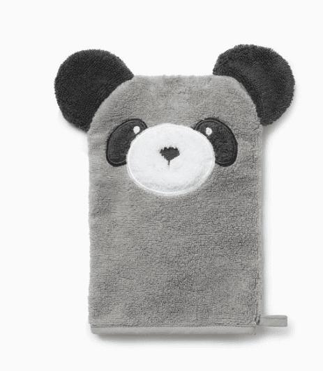 Baby MORI lasten pesukinnas Panda Pehmoinen kylpykinnas pienillä suloisilla yksityiskohdilla, joita lapset rakastavat! Kylpykintaassaon nallen kasvot ja pyöreät korvat. Pehmeällä pesukintaalla peset pienen lapsen ihon hellävaraisesti. Pesukinnasta voit käyttää myös kylpyhetkeä hauskuuttavana käsinukkena!