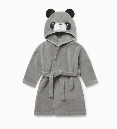 Baby MORI lasten kylpytakki Panda Pehmoinen kylpytakki pienillä suloisilla yksityiskohdilla, joita lapset rakastavat! Hupussa on nallen kasvot ja pyöreät korvat, kylpytakin takana on pieni hännäntupsu. Baby Mori kylpytakissa on vyö, joka on ommeltu takaa kiinni. Vyö on näin turvallinen lapselle ja pysyy menossamukana!