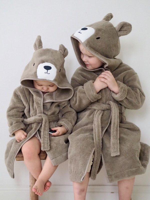 Baby MORI lasten kylpytakki Bear , kokoja 1-6 vuotiaille Pehmoinen kylpytakki pienillä suloisilla yksityiskohdilla, joita lapset rakastavat! Hupussa on nallen kasvot ja pyöreät korvat, kylpytakin takana on pieni hännäntupsu. Baby Mori kylpytakissa on vyö, joka on ommeltu takaa kiinni. Vyö on näin turvallinen lapselle ja pysyy menossamukana!